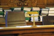 Súdne spisy v súdnej sieni.