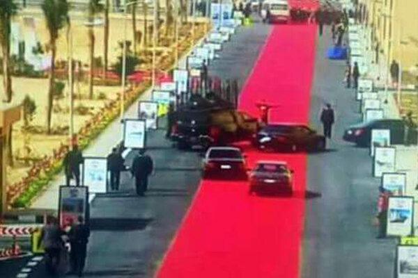 Obrí červený koberec pre egyptského prezidenta pobúril verejnosť.