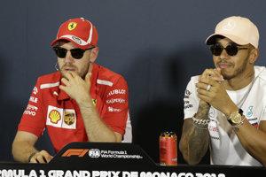 Sebastian Vettel (vľavo) triumfoval v Monaku minulý rok. Lewis Hamilton zase ovládol ostatné dve Veľké ceny. Bude víťazom v Monaku jeden z týchto dvoch jazdcov?