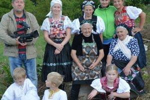 Milan Kosec s obyvateľmi Poník pri nakrúcaní dokumentu.