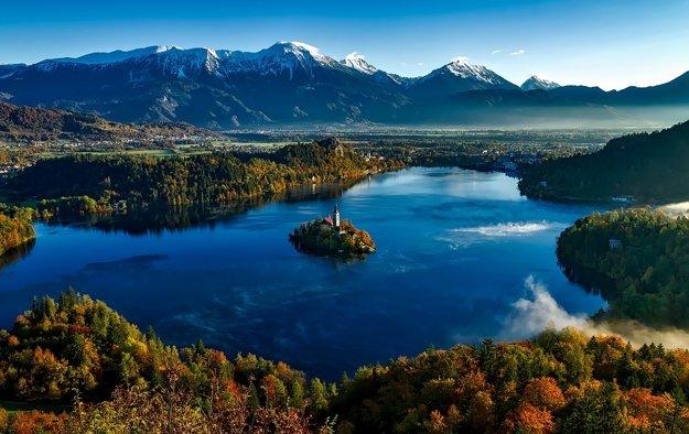 Symbolom Slovinska je jazero Bled s otrovom uprostred.