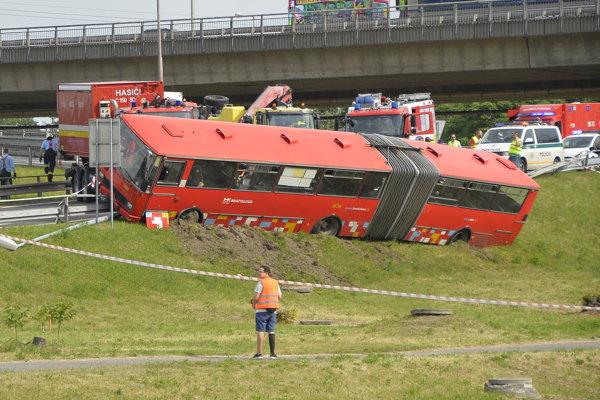 Havarovaný autobus bratislavskej MHD po zrážke z osobným autom na kruhovom objazde na Prístavnom moste v Bratislave.