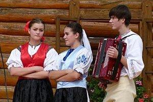 Členovia domáckej speváckej skupiny Dúbrava.