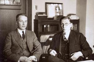 Kanadský chirurg Frederick Banting a jeho asistent Charles Best v roku 1924. Za objav inzulínu získali Nobeloveu cenu.