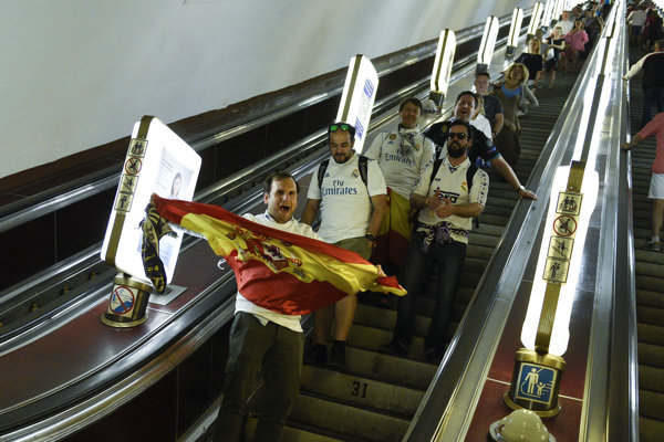 Fanúšikovia Realu Madrid vchádzajú do kyjevského metra.