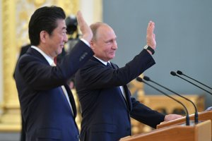 Abe sa v Moskve stretol s Putinom.