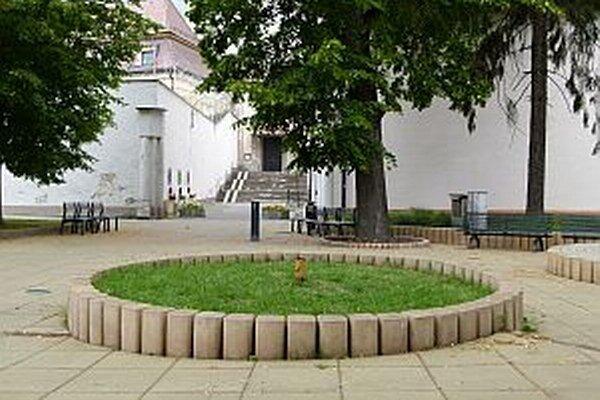 Zrekonštruovanú sochu osadia do kruhu prd kostolom.