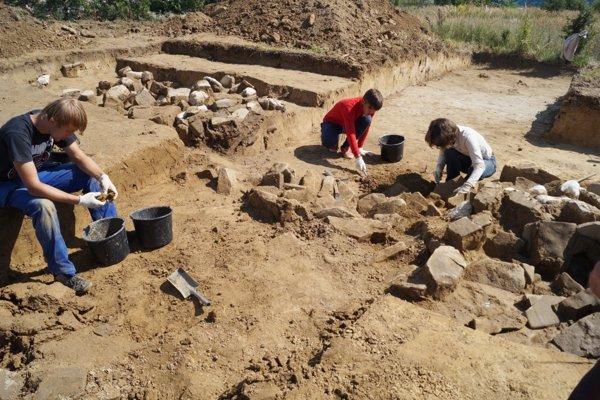 Pôda v tejto časti Kysúc doslova dýcha históriou. Viac ako tritisíc rokov trvajúce osídlenie tam zanechalo stopy. Toto miesto patrí k najzaujímavejším na Kysuciach.