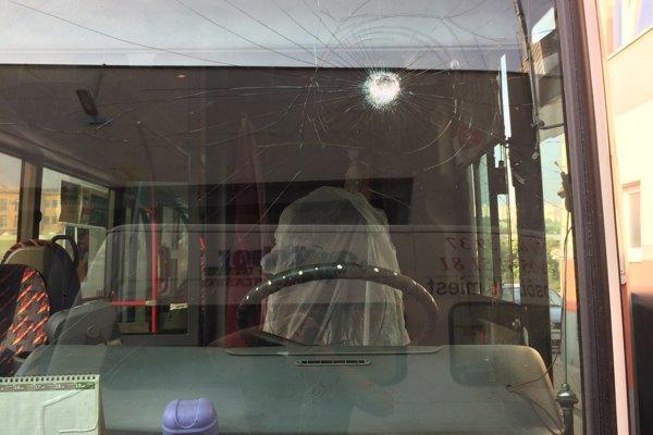 Jeden z poškodených autobusov.
