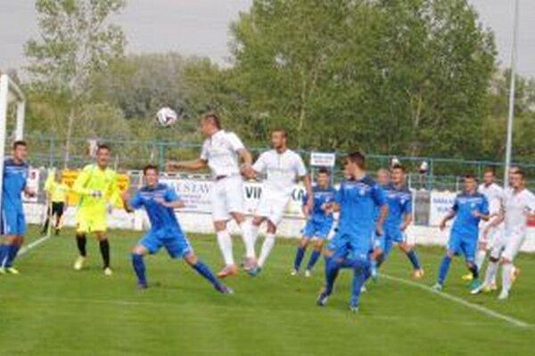 Hráči Serede (v bielom) ohrozujú dubnickú bránu.