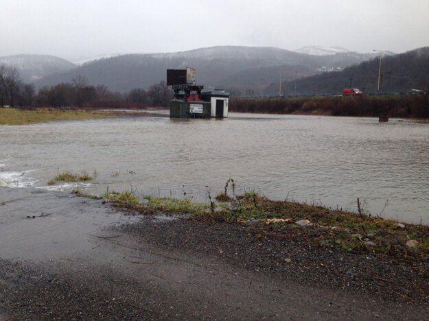 V okolí Novej Bane. Voda je na lúkach okolo Hrona.