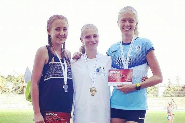 Medailistky - staršie žiačky na 300 m prek. - zľava 2. Barbora Broďániová, 1. Andrea Švecová (obe ŠK ŠOG Nitra) a 3. Lenka Bezáková (AC Stavbár Nitra).