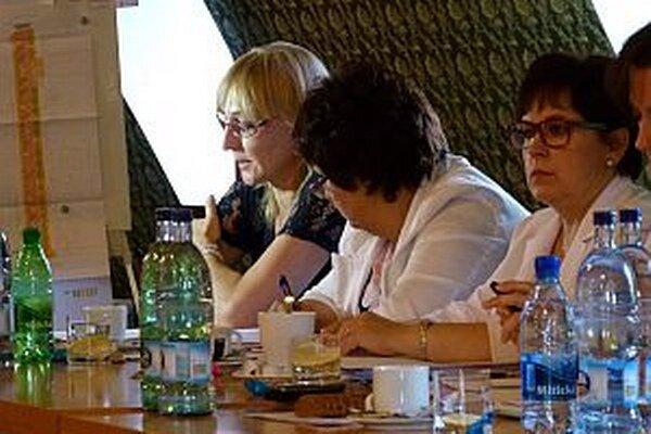 Edita Kucejová (vľavo) predniesla oba návrhy uznesenia, schválili ich.