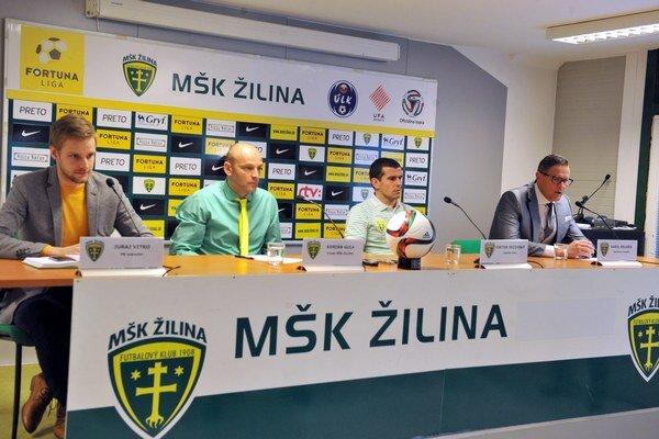 Tlačová konferencia MŠK Žilina. Zľava: J. Vitko, PR manažér klubu, Adrián Guľa, tréner MŠK, Viktor Pečovský, kapitán a športový manažér Karol Belaník.