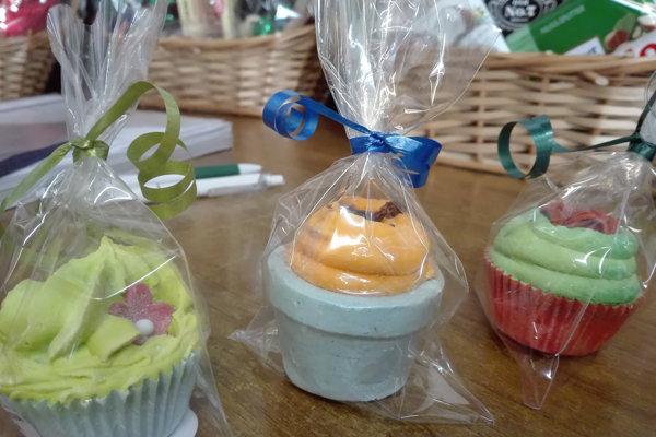 Hygienici upozorňujú na šumivú kúpeľovú soľ v tvare koláčikov, ktorá bola nahlásená do systému Rapex. Vzhľad tohto výrobku môže spôsobiť, že spotrebitelia, najmä deti, si ju zamenia s potravinou.