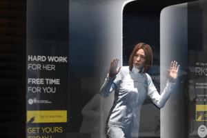 Výklad s androidkou - pomocníčkou do domácnosti.
