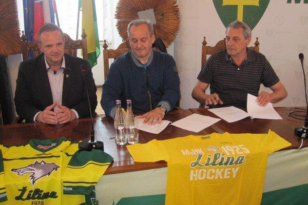Milan Jančuška (v strede) pri slávnostnom podpísaní zmluvy.