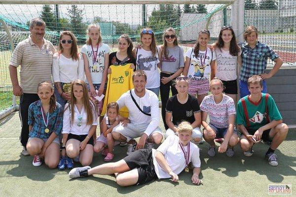 Rado Zábavník, tréner Laco Németh a dievčatá počas Futbalového festivalu.