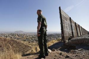 Člen americkej pohraničnej hliadky Jerry Conlin pri bariére na americko-mexickej hranici.