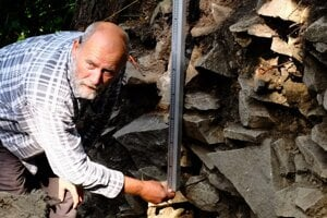 Vedúci výskumu Gabriel Fusek z Archeologického ústavu SAV pri meraní valu.