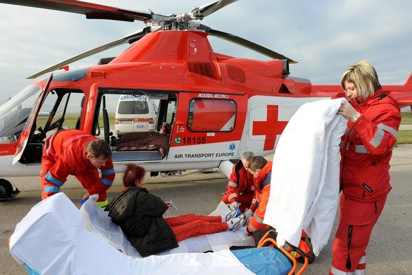 Vrtuľníková záchranná zdravotná služba previezla turistku do nemocnice.