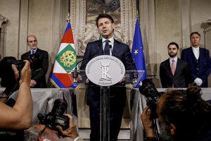 Giuseppe Conte počas tlačovej konferencie.