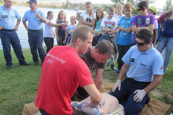 Hasiči predviedli žiakom správne podanie prvej pomoci.