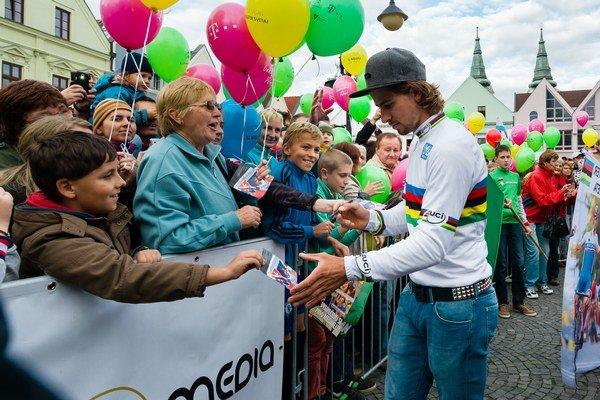Peter Sagan rozdáva podpisy svojim fanúšikom.