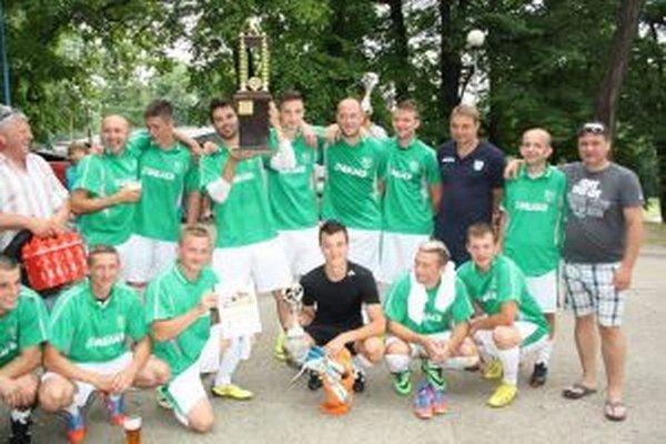 Slovan Košecké Podhradie s pohárom pre víťaza.