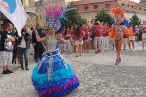 Sprievod pešou zónou viedli exotické tanečnice.