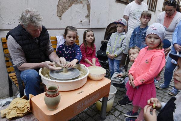 Deti si budú môcť vyskúšať výrobu hlinených nádob.