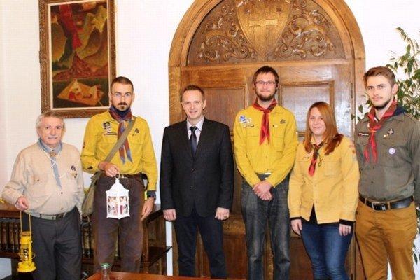 Svetlo priniesli členovia Slovenského skautingu.