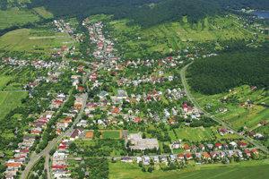 Letecký pohľad na obec Vinné a rekreačnú oblasť Vinianske jazero.