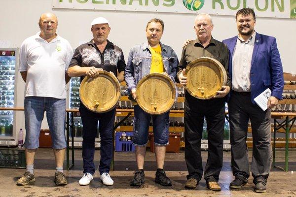 Časť ocenených vinárov. Vpravo starosta Róbert Balkó.