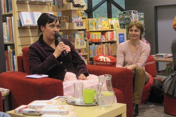 Enja Rúčková (vľavo) na besede v žilinskom kníhkupectve.