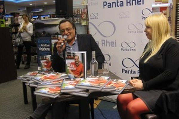 Herec Jozef Vajda na besede so spoluautorkou knihy Katarínou Leškovou.