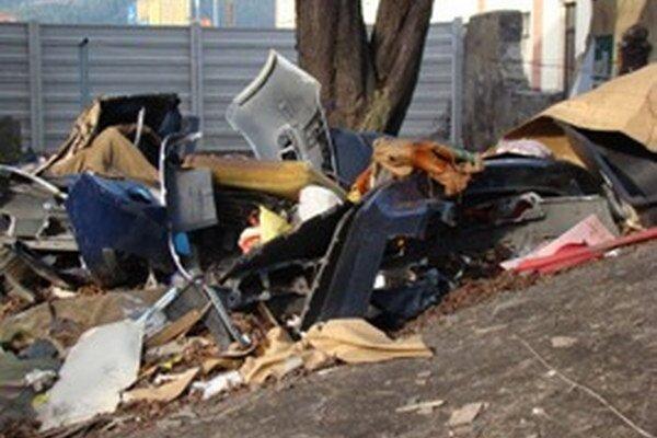 Odpadu je na sídlisku stále dosť