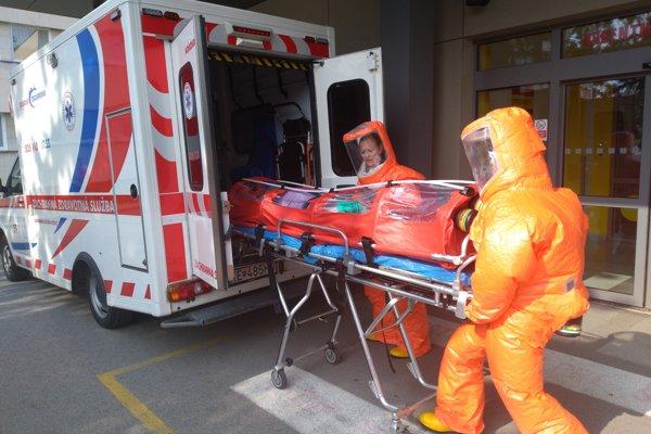 Zdravotníci museli dodržať všetky bezpečnostné opatrenia.