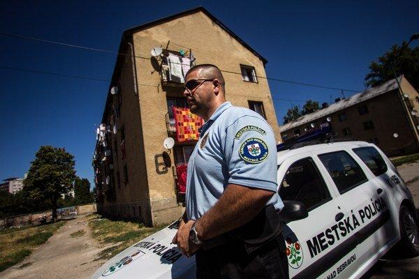 Mestskí policajti sa stretávajú s rôznymi priestupkami.