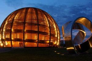 Ikonická budova CERN-u v tvare glóbusu a pri nej 15-tonová moderná socha. Na 11-metrovom diele sú vyryté všetky veľké objavy vo fyzike v histórii.
