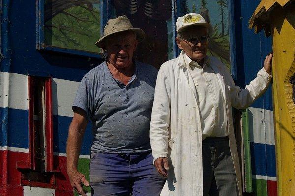 Alexander Čelko vytvoril za obcou krásny včelársky svet s množstvom zaujímavých úľov z dreva. Na fotografii s bratom Kamilom.