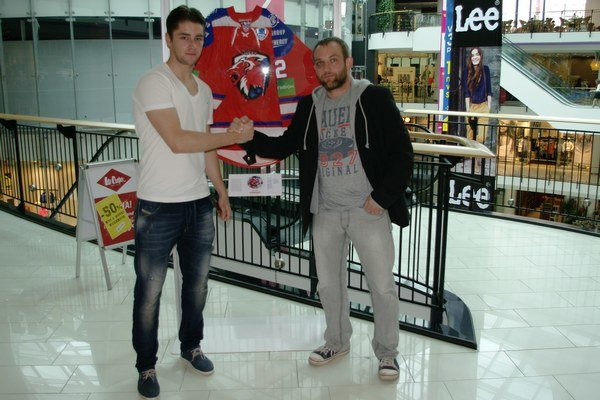 Lukáš Cingeľ (vľavo) spoločne s Róbertom Kaššom - organizátorom výstavy.