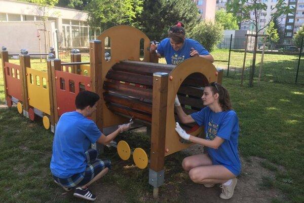 Dobrovoľníci sa zamerajú na areály materských škôl.