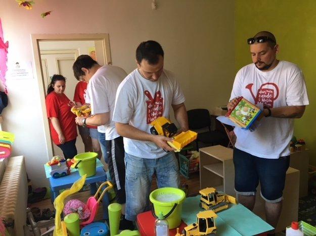 Dobrovoľníci pomáhajú vyčistiť hračky a priestory materského centra Pastierik na sídlisku Furca v Košiciach.