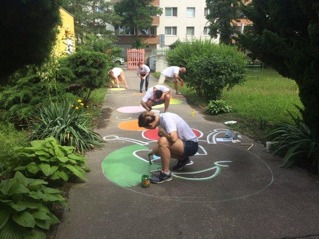 11:30Vmaterskej škole na Hnileckej ulici maľujú dobrovoľníci veselýchodník pre deti.