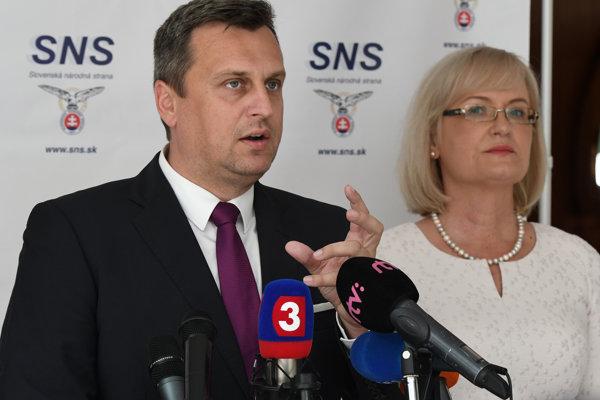 Predseda strany SNS Andrej Danko a podpredsedníčka strany SNS Eva Smolíková.
