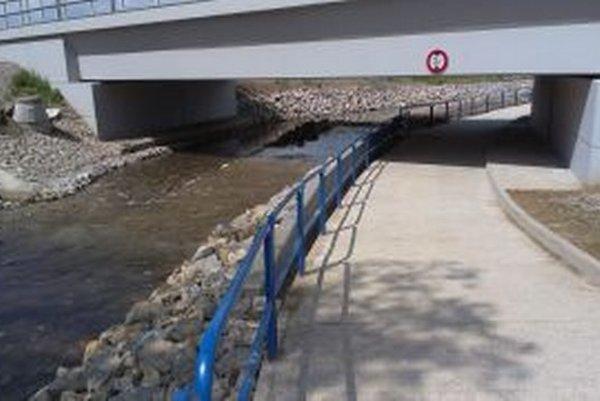 Vyliatiu vody by mal zabrániť oporný múrik.