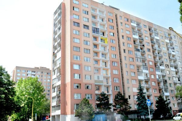 Incident sa stal v jednom z bytov vežiaka na Palárikovej ulici.