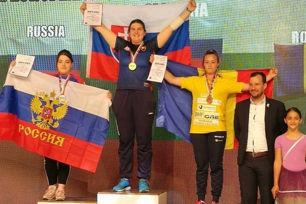 Barbora Bajčiová (v strede) získala v Sofii zlato na pravú i ľavú ruku.