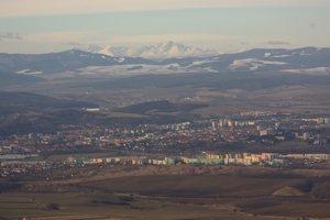 Najucelenejší pohľad na Prešovje zo Slanských vrchov, napríklad z Oltárov alebo Zbojníckeho hradu.